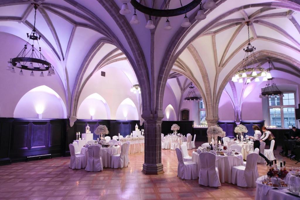 Свадьба зимой. Зал в средневековом стиле, с арочным потолком